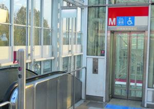 Vuosaaren metroaseman hissi.