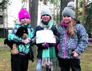 8-vuotiaat ystävykset Selina (vasemmalla), Malek ja Olivia.