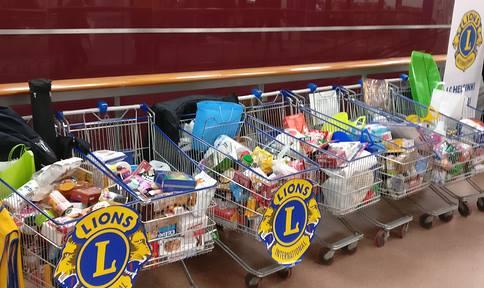Kuvassa on ostoskärryissä ihmisten lahjoittamia tavaroita hyväntekeväisyyskeräykseen.
