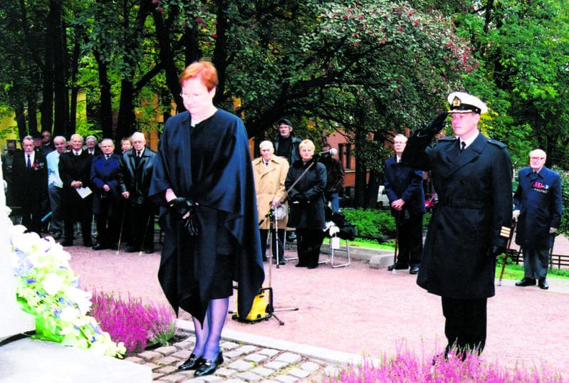 Presidentti Tarja Halonen muistomerkillä.