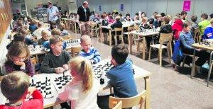 Koululaisia pelaamassa shakkia.