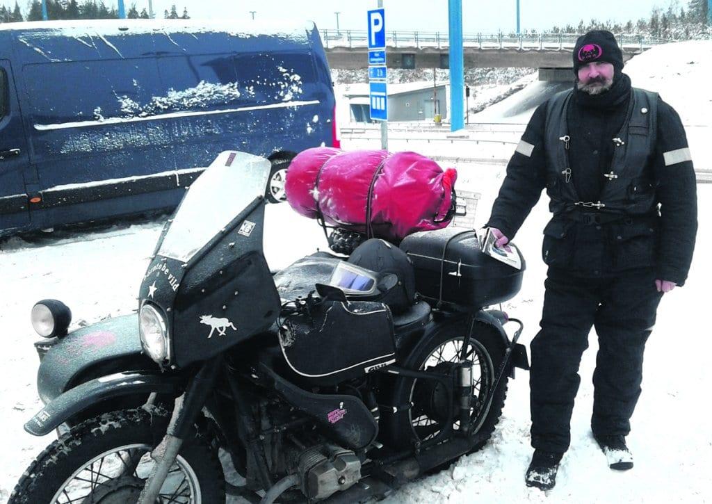 Captain ja moottoripyörä.