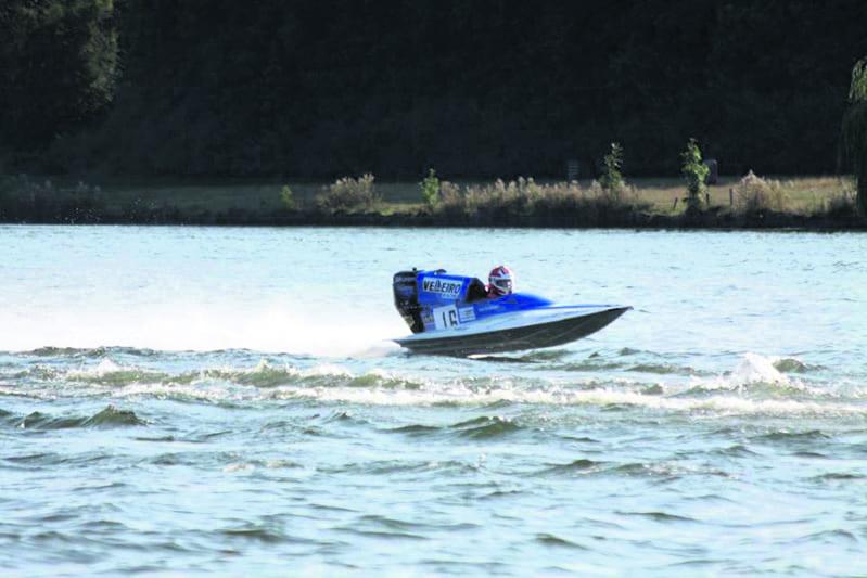 Kimi Eskelinen ajaa veneellään.