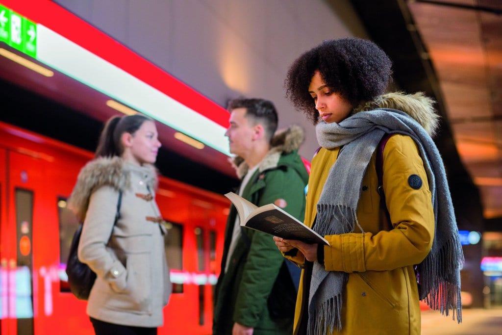Ihmisiä metroasemalla.