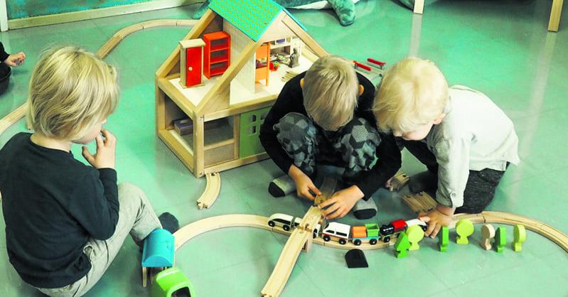Lapsia leikkimässä lapsiparkissa.