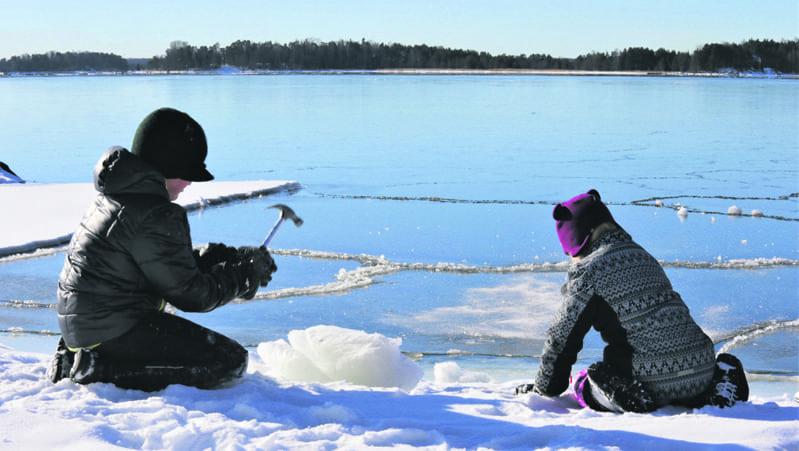 Lapset särkemässä jäätä.