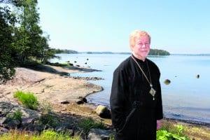 Isä Ambrosius merenrannassa.