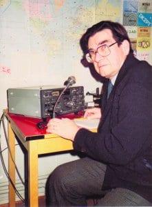 Kuvassa Alpo Salmela radioamatööriasemansa äärellä.