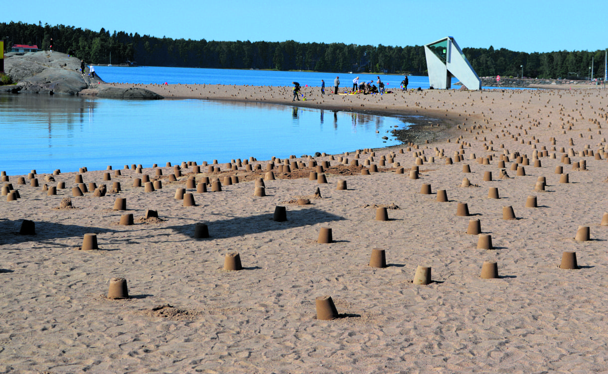 Tuhansia hiekkakakkuja ilmestyi Aurinkolahteen.