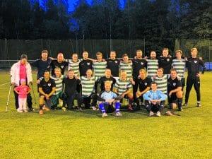 FC ALI:n pelaajat mustissa, FC Karan raidallisissa peliasuissa.