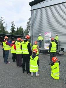 Yksi energiapäivän vierailuryhmistä tutustumassa Vuosaareen kaavaillun biolämpölaitoksen esittelyrastiin. Kuva: Antti Honkanen