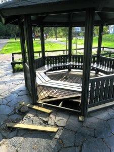Tuhoa puistossa.