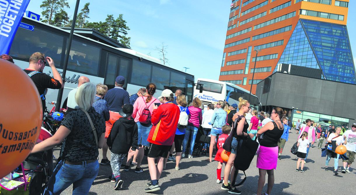 Yleisön suosikkikohteeseen vartiolaiva Turvalle vieneisiin busseihin riitti jonoa.