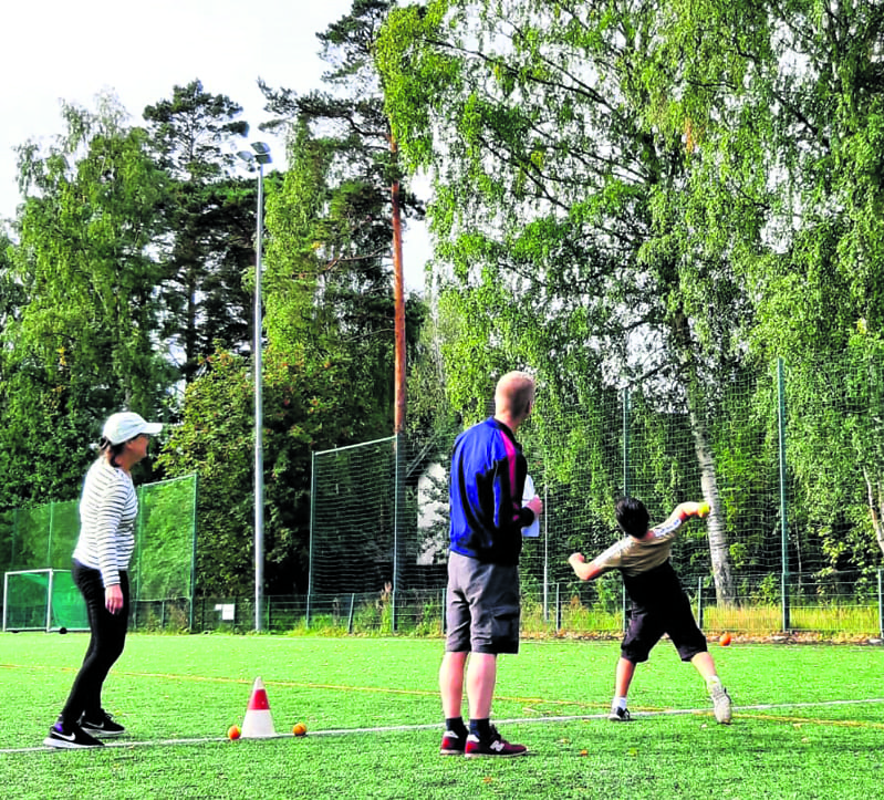 Kolmoset ja neloset kilpailivat pallonheitossa. Kuva: Sami Rönty