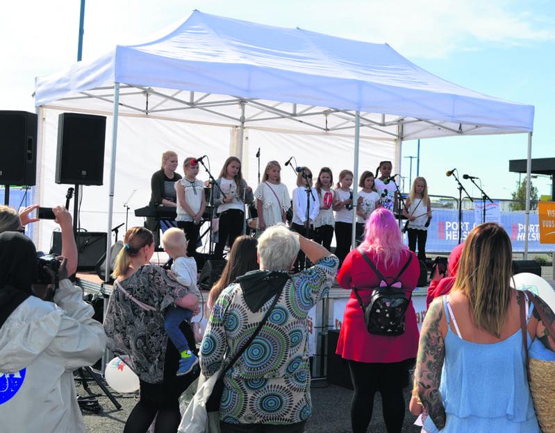 Vuoniityn peruskoulun 3.-luokkalaiset musisoivat Satamapäivillä.