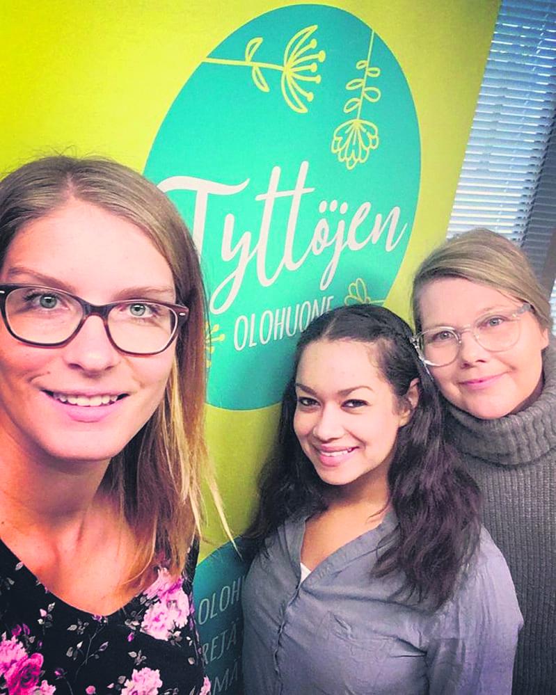 Tyttöjen olohuoneen työntekijät Miia, Nada ja Susanna.