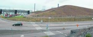 uvassa maisemoituja hiilen varmuusvarastoja Vuosaaren voimalaitoksen ympärillä.