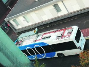 Sähköllä kulkeva bussi Aurinkolahdessa. Kuva: Arto Nevalainen