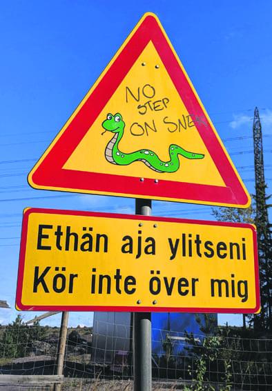 Vuosaaren entisen kaatopaikan portilla on tällainen hauska liikennemerkki, jossa varoitetaan käärmeistä.