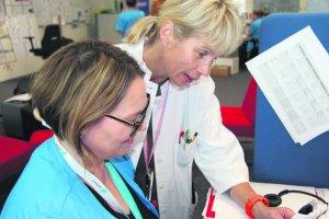Terveydenhoitaja Sohlman ja erikoislääkäri Suolinna miettivät yhdessä potilaan sähköisellä viestillä tulleen asian ratkaisemista. Potilas saa hoito-ohjeet ja reseptin sujuvasti ilman käyntiä terveysasemalla.
