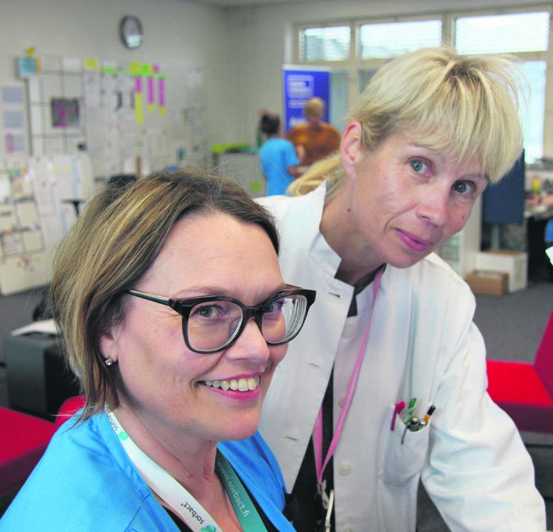 Terveydenhoitaja Sohlman ja erikoislääkäri Suolinna käsittelevät päivittäin useiden potilaiden sähköisiä yhteydenottoja.