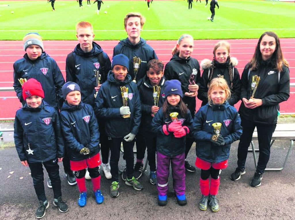 Kuvassa Heteniityn urheilukentällä eri joukkueiden palkittuja kauden pelaajia ja seuran vuoden tyttö- ja poikapelaajat.
