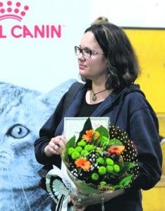 Anu Rosti ja Sankarikissa Kanelin palkitsemistilaisuudessa saama kunniakirja. Kuva: Ulla Haapanen
