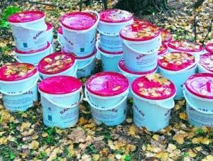 Vuosaarenlahdella Villa Ivan Falinin pihapiirin metsikköön oli nakattu 200 litraa vanhentunutta chilikastiketta. Kastikkeet ovat ilmeisesti peräisin jostain ravintolasta. Bon Apetit!