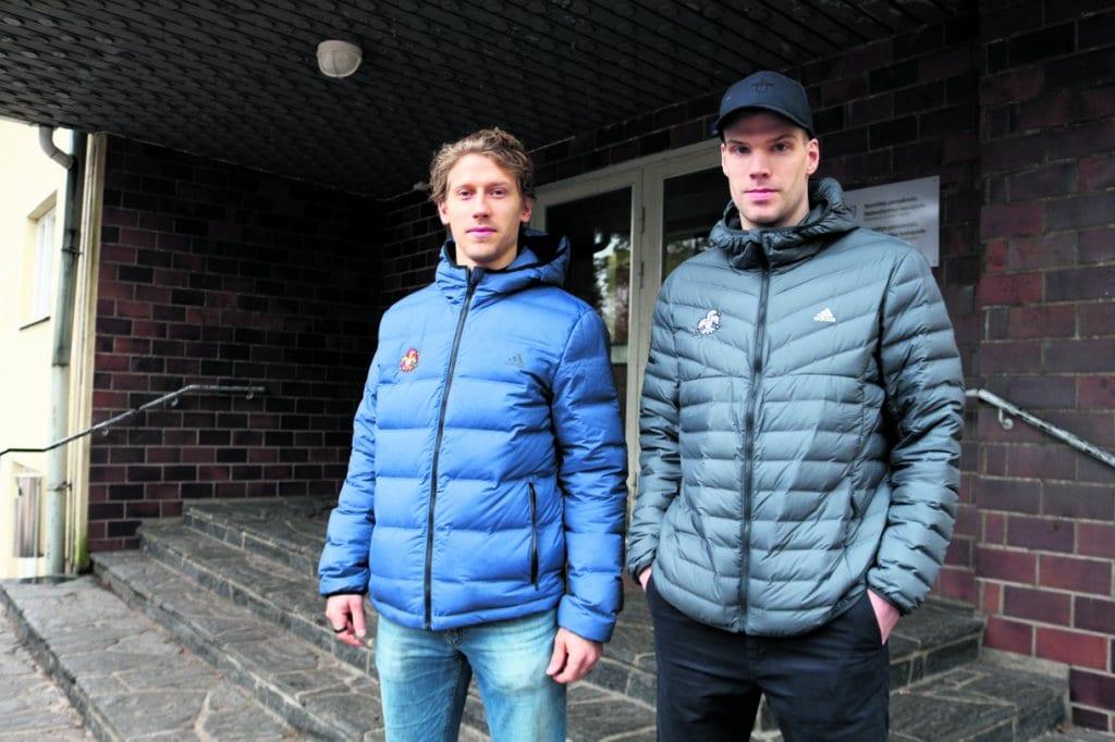 John Norman (vasemmalla) Mika Niemen kanssa Vuoniityn peruskoulun Heteniityn toimipisteen portailla. Kuva: Antti Honkanen