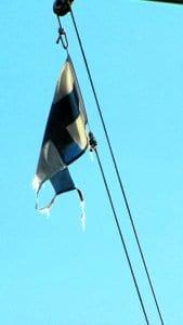 """Onko tämä tapa kunnioittaa Suomen lippua? Miehittämätön alus, riekaleina liehuva ympäri vuorokauden päivästä toiseen. """"Veneilijä"""""""