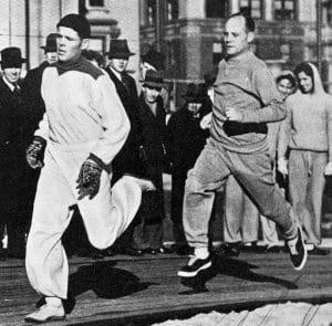 Kuvassa JR11:n sotamies Taisto Mäki adjutanttinaan reservinkersantti Paavo Nurmi Suomen urheilun suurlähettiläinä Amerikassa talvella 1940 juoksemassa miljoonia – ei itselleen – vaan maanpuolustuksen tarpeisiin. Paavo Nurmi oli 1940–60-lukujen paikkeilla varsin tuttu näky Kallvikin ja Vuosaaren lenkkipoluilla, sillä Nurmen kesämökki sijaitsi Kallvikinniemessä.