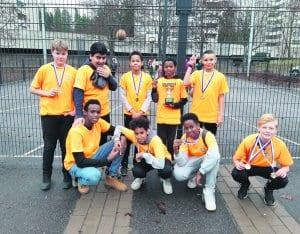 Koulujen koripalloturnauksen voittanut Puistopolun joukkue.