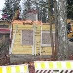 Koulun rakennuksia puretaan