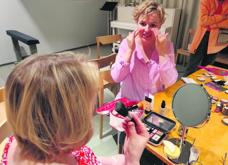 – On ihanaa käyttää omaa osaamista toisten ilahduttamiseen, kertoo kosmetologi ja meikkaaja Mira Heino.