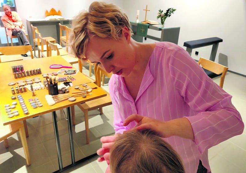 Kulmakarvojen kanssa saa kosmetologi Mira Heinon mukaan olla tarkkana.