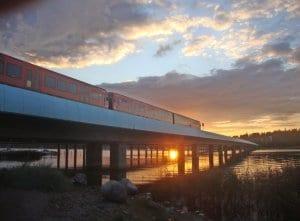 Syksyinen auringonlasku Vuosaaren metrosillalla. Kuva: Matti Pöhö