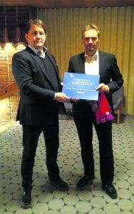 Kuvassa vasemmalla lahjoitusta luovuttamassa Pekka Pirkkala Vuosaaren Rotaryklubilta ja vastaanottamassa Marko Lahikainen FC Viikinkien puolesta.