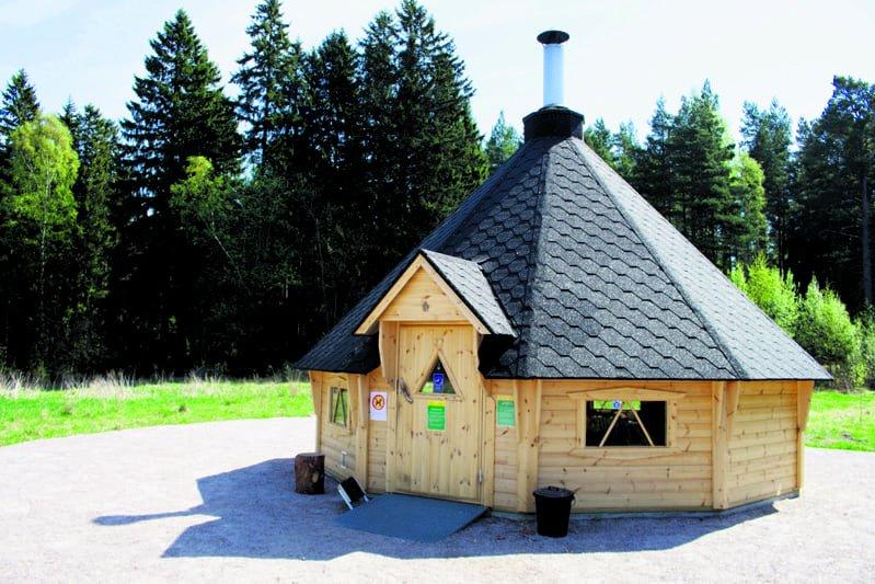 Feeniks-hanke järjestää Digiä metsässä -toimintaa Vuosaaren Uutelan kodalla Skatan tilan vieressä joka toinen maanantai.
