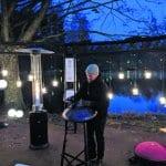 Vuosaaren Valojuhlassa cupola-musiikkia esitti Kangaslammen rannalla Vuosaari 21 -installaatiopisteessä muusikko Lauri Vuolio. Kuva: Matti Pöhö
