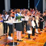 Vuosaaren musiikkikoulun taidokas jousiorkesteri esiintyi juhlassa Terhi Murtoniemen ja Sisko Hyvösen ohjauksessa.