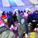 Joulupolku toteutettiin tänäkin vuonna kymmenien eri toimijoiden ja lukuisten vapaaehtoisten voimin. Kuva Visit Vuosaaren tapahtumateltalta, jossa riitti vilskettä koko päivän.