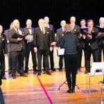 Juhlallisen tunnelman itsenäisyyspäivään toi tänäkin vuonna Helsingin Lauluveljet jämäkällä mieskuorolaulannallaan. Kuoroa johti Julia Lainema.