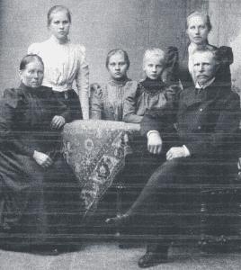 Kuvassa Fredrik Sund perheineen. Fredrik myi muun muassa maitoa Helsingin keskustaan. Keskellä perheen nuorin lapsi Edith Sund.