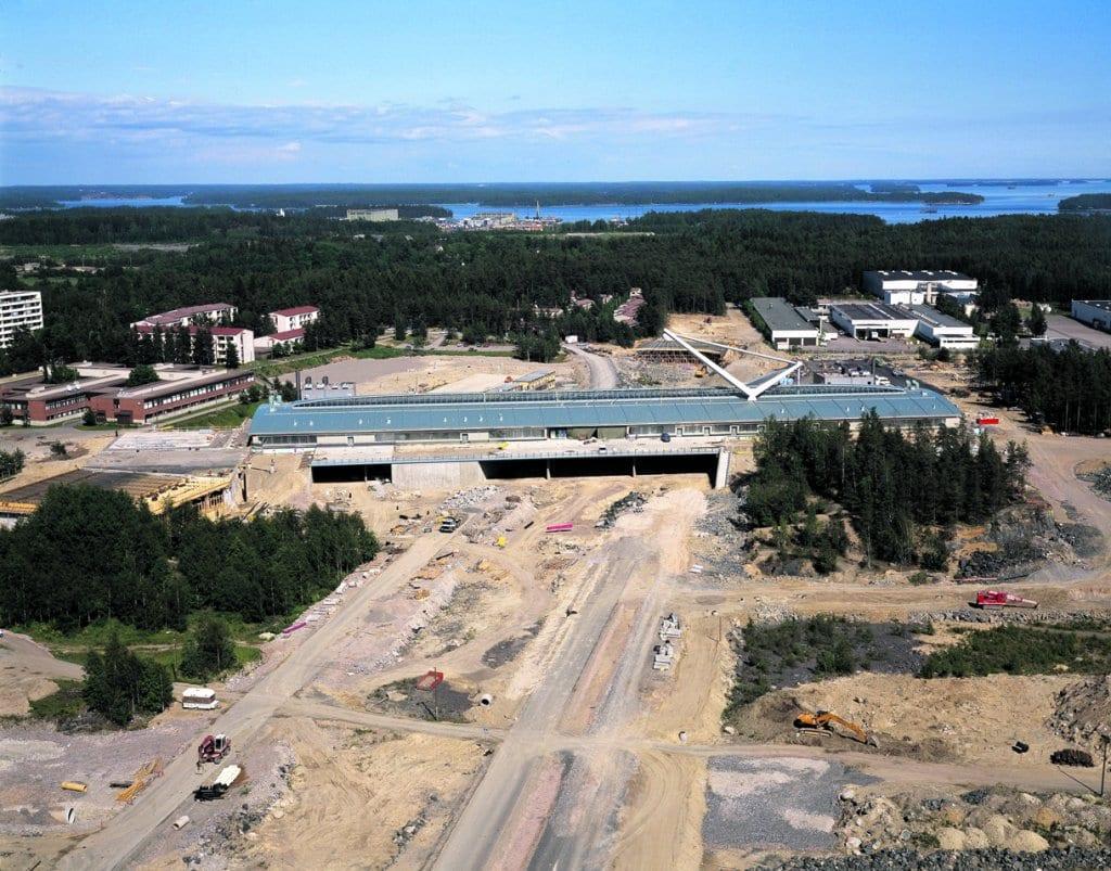 Kauppakeskus Columbusta rakennetaan vuonna 1996. Kuva on otettu itään päin. Etualalla Sasekan tehtaan vanhoja hiekkakuoppia, takaoikeallaKuva: Simo Rista, Helsingin kaupunginmuseo