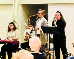 Ohjelmasta vastasivat Vuosaaren lukion taitavat opiskelijat Rosa Abaijon (piano), Niko Lindén (kitara), opettaja Toni Hämäläinen ja Stella Pekkanen (laulu).