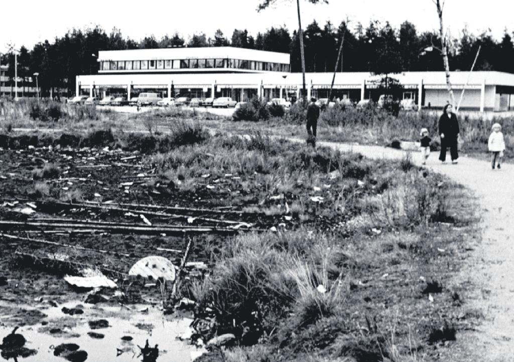 Pohjoinen ostari 1960–70-lukujen taitteessa. Ostarilla oli muun muassa pankki, posti, apteekki, ravintoloita, kampaamoja, vaateliikkeitä, urheiluliike, kenkäkauppa ja elintarvikeliikkeitä. Viereisen Kangaslammen rannat olivat vielä tuolloin melko siivottomassa kunnossa. Kuva: Vuosaari-lehden arkisto