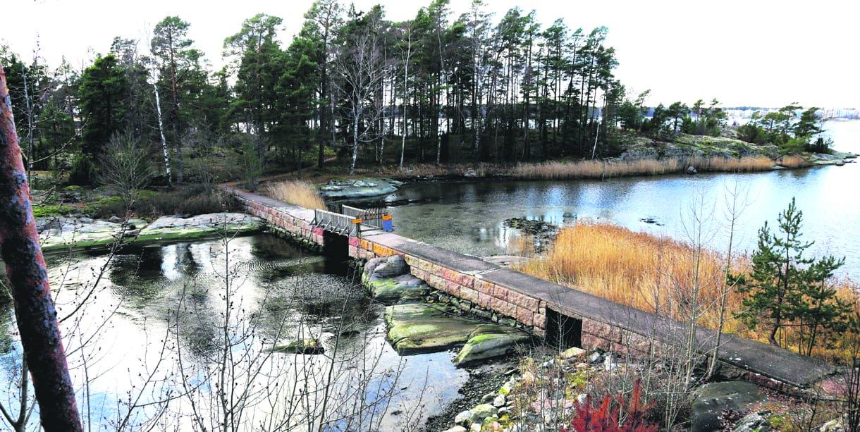 Nuottasaari ja sinne johtava silta. Kuva: Matti Koivisto