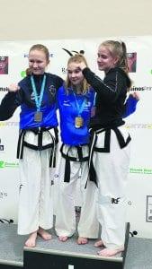 Vasemmalla Mia Haakana, joka sai kultaa tyttöjen alle 65-kiloisten ottelusta ja hopeaa tyttöjen erikoistekniikasta.
