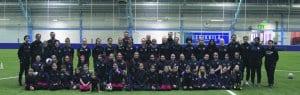 Eerikkilän leirille 28.2.–1.3. osallistuneet FC Viikinkien tyttöpelaajat ja valmentajat yhteiskuvassa.