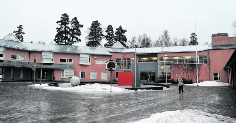 Koulut on suljettu, kuvassa Merilahden peruskoulun rakennus.